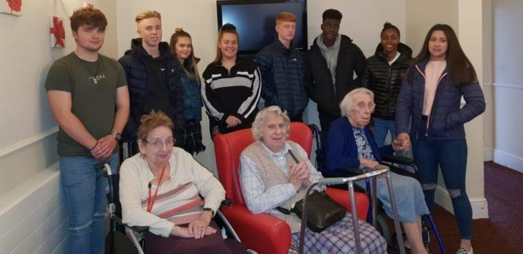 Huddersfield Giants teens entertain care home residents