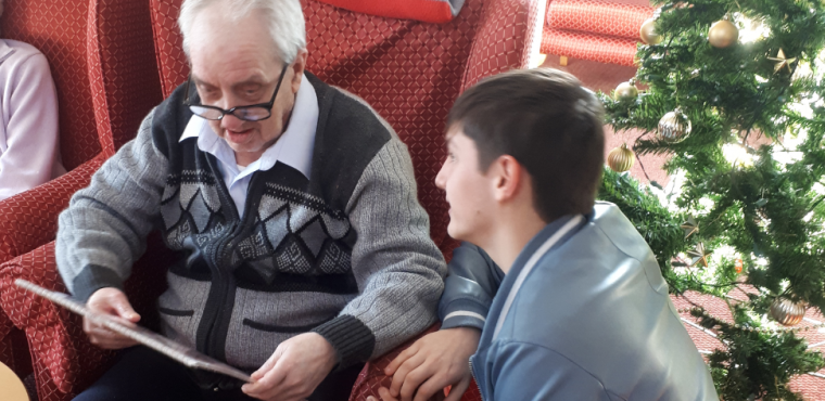 The Boro volunteers bring merry Christmas to care home